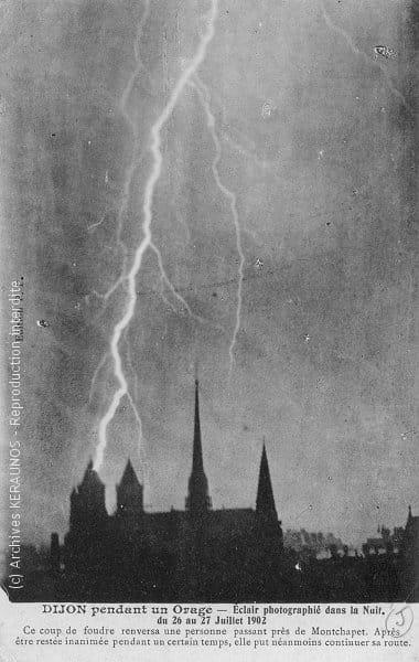 DIJON (Côte-d'Or) - Eclair photographié dans la nuit du 26 au 27 juillet 1902 - Ce coup de foudre renversa une personne passant près de Montchapet. Après être restée inanimée pendant un certain temps, elle put néanmoins continuer sa route.