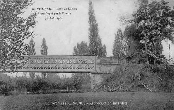 VIVONNE (Vienne) - Arbre frappé par la foudre au pont de Danlot, le 30 août 1904