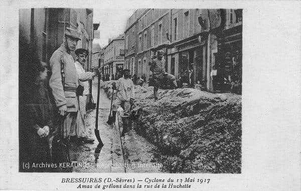 BRESSUIRE (Deux-Sèvres) - Cyclone du 13 mai 1917 - Amas de grêlons dans la rue de la Huchette