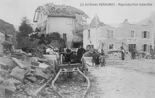 SAINT-CLAUDE (Jura) - Rive droite du Pont-de-Pierre - maison éventrée après la tornade du 19 août 1890