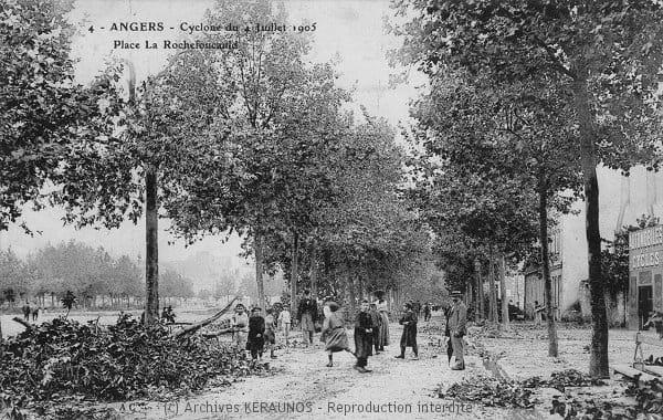 ANGERS (Maine-et-Loire) - Place Rochefoucauld après l'épisode venteux du 4 juillet 1905