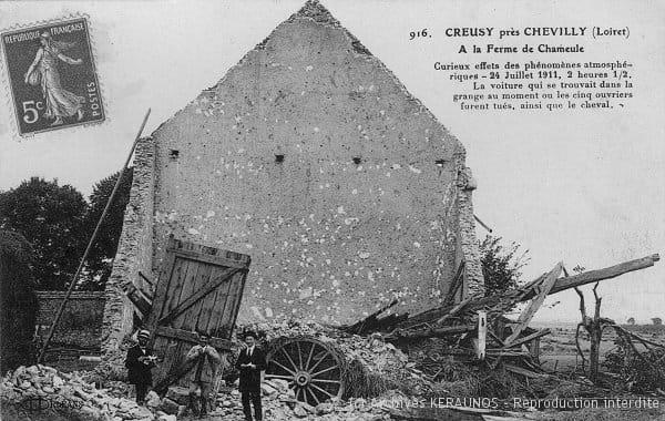 CHEVILLY (Loiret) - Ferme de Chameul - Curieux effets des phénomènes atmosphériques - 24 juillet 1911 - 2h30 - La voiture qui se trouvait dans la grange au moment où les cinq ouvriers furent tués, ainsi que le cheval