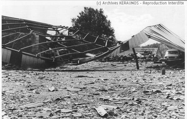 SAINT-FRONT (Charente) - Romefort - Hangar soufflé après la macrorafale du 26 juillet 1983