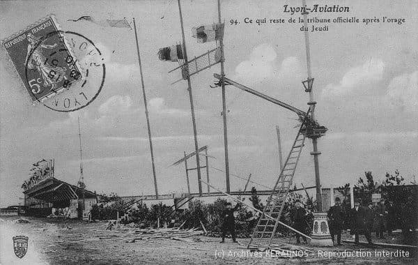 VILLEURBANNE (Rhône) - Semaine de l'aviation - Ce qu'il reste de la tribune officielle après l'orage du 12 mai 1910
